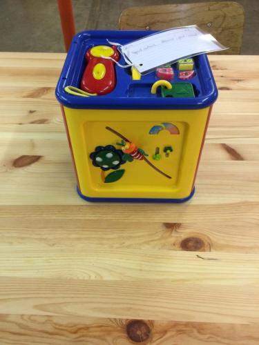 B14 - Speelkubus blauw geel rood
